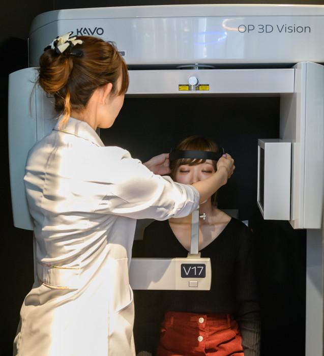 座位による歯科用CT撮影の様子